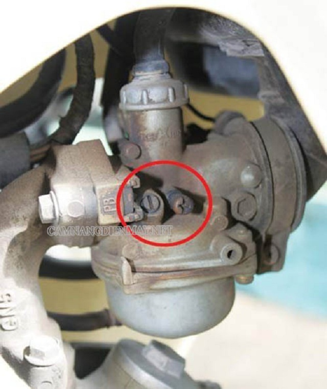 Bộ chế hòa khí có nước là nguyên nhân xe máy bị ra khói trắng