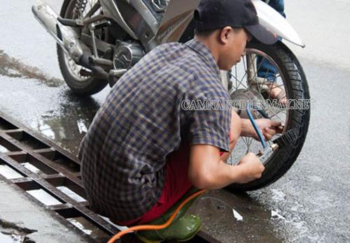 Bơm hơi quá non hoặc quá căng khiến lốp bị phồng
