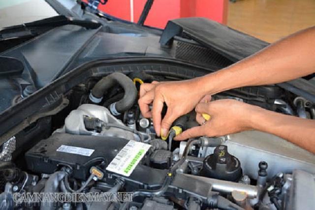 Bảo vệ những chi tiết quan trọng khi vệ sinh khoang máy ô tô