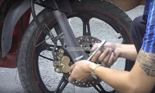 Đĩa xe máy bị vênh xử lý như thế nào?