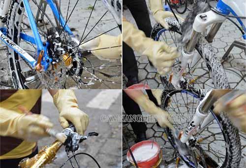 Nhẹ nhàng lau rửa bụi bẩn bám trên thân xe, bánh xe xe đạp điện