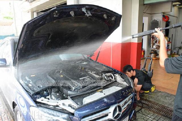 Vệ sinh khoang máy ô tô bằng nước sạch