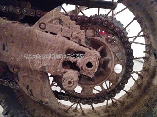 Bùn đất bám nhiều cũng làm cho xe máy bị nóng máy