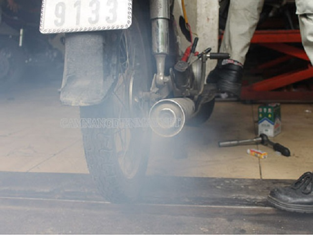 Hiện tượng xe máy bị phụt khói trắng