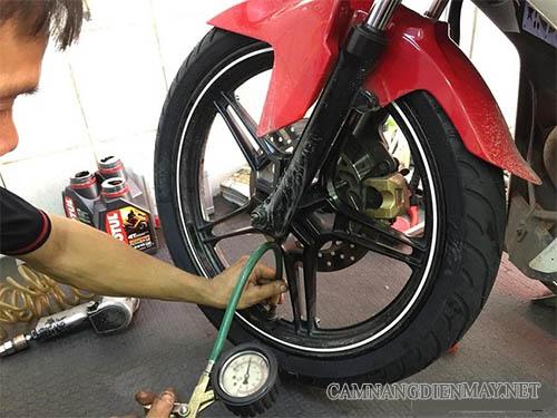 Bơm lốp bánh xe nếu xe máy bị rung đầu là do non hơi