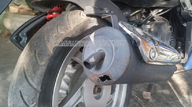 Xe máy bị thủng bô gây những tiếng nổ khó chịu