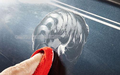 Thoa dung dịch làm bóc lên vết trầy xước của xe máy