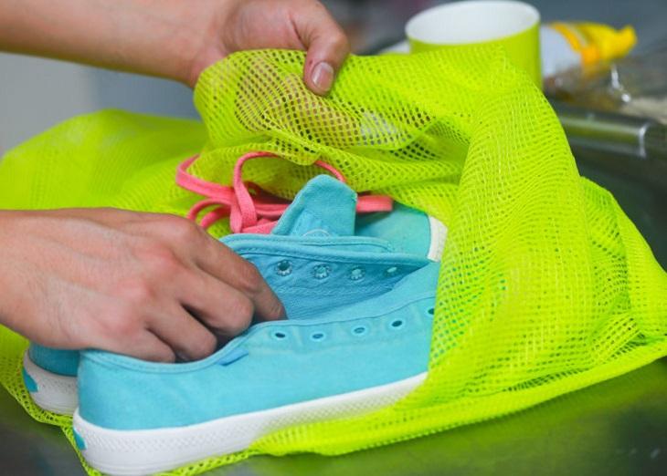 Cho giày vào túi bảo vệ trước khi cho vào máy giặt