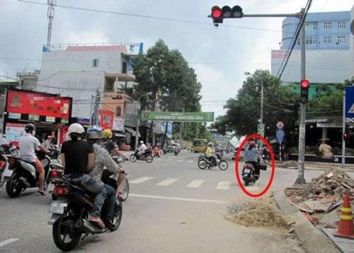 Mức phạt dành cho lỗi không bật đèn xi nhan xe máy là bao nhiêu?