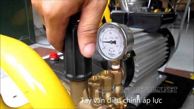Vặn núm chỉnh áp để thay đổi áp lực của máy bơm rửa xe