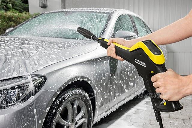 Sử dụng súng phun để chỉnh áp suất của máy phun rửa xe