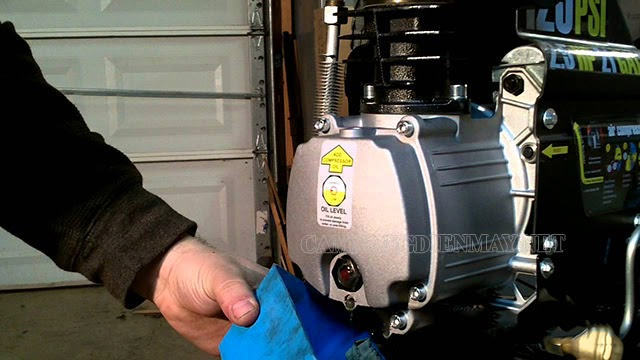 Kiểm tra và thay dầu bôi trơn của máy định kỳ khi sử dụng máy nén khí