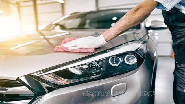 Thoa sáp bảo dưỡng là bước quan trọng trong quy trình rửa xe ô tô