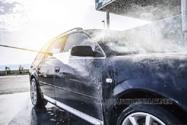 Xịt nước lên toàn bộ thân xe để làm mềm bụi bẩn, rửa xe sạch nhanh