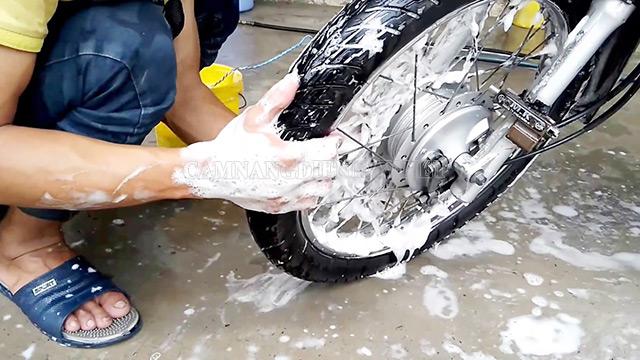 Rửa sạch các vết bẩn tại các bộ phận trước khi xịt rửa lại toàn bộ xe