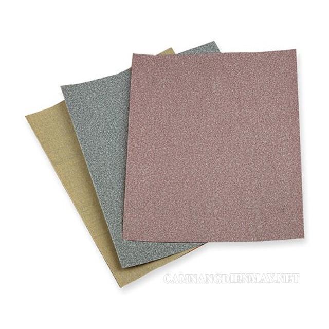 Dùng giấy nhám chà nhẹ bề mặt sàn để loại bỏ các vết sơn
