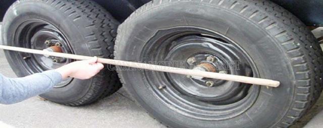 Sử dụng phương pháp truyền thống để cân chỉnh độ chụm bánh xe