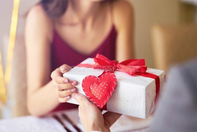 Một món quà dù nhỏ bé nhưng cũng bày tỏ được tấm lòng cho vợ, chồng