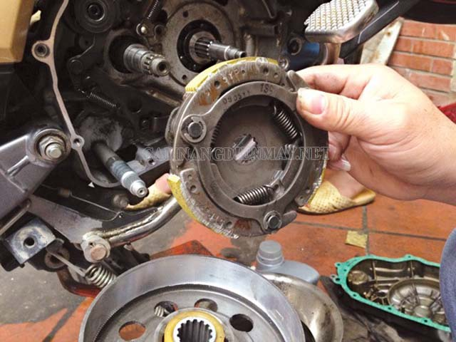 Bị kẹt không giảm số được là lỗi thường gặp ở xe máy