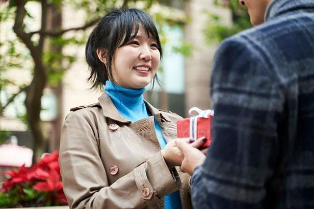 Valentine trắng cô gái sẽ trang trí hộp quà Valentine để tặng người thương