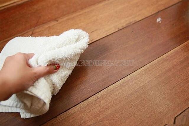 Làm sạch vết bẩn trên sàn ngay lập tức