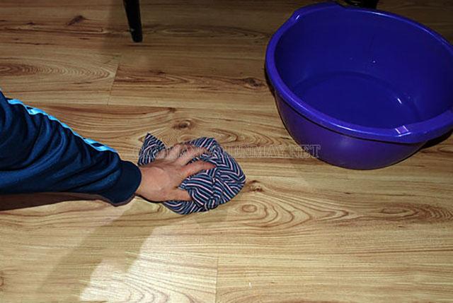 Dùng nước nóng để làm sạch
