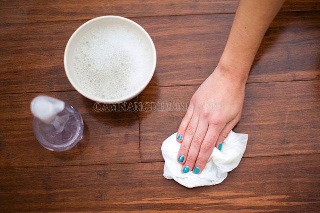 Sử dụng các chất tẩy rửa nhẹ làm sạch sàn gỗ